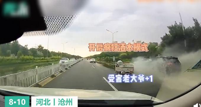 男子开车溅起2米水花被罚,网友:罚得好,没有素质