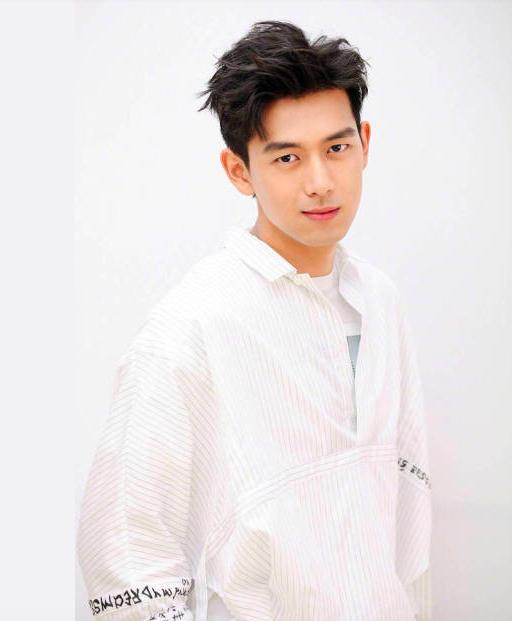 单眼皮但颜值高的男明星:邓伦陈立农李钟硕,谁是你心中最佳?