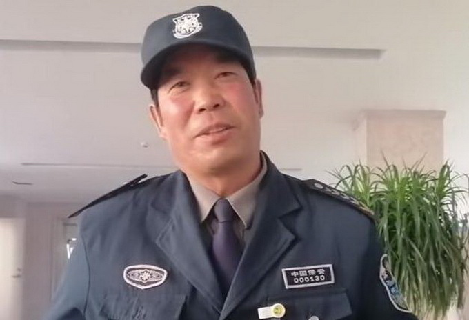 退休小学校长当上大学保安,别人不解,他却说:工作并无贵贱之分