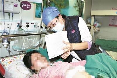 聋哑孕妈产子 医护人员写满两张...