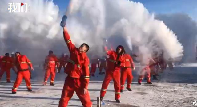 太(爽)了!(漠河千)人泼水成'冰 游 客:比咱们'南'方 冷多了