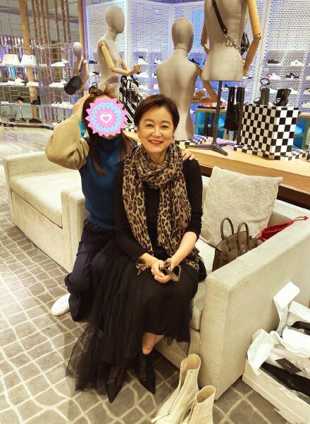 65岁林青霞近照曝光,打扮时尚气质优雅,星味十足