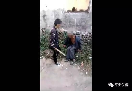 5名少年围殴智残老人其中2人是小学生 老人:有点痛