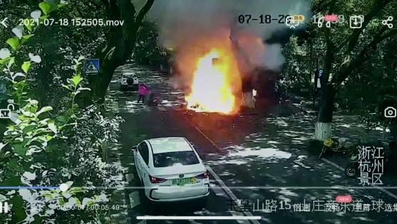 电瓶车行驶中爆燃 烧伤女孩病危 现场情况太可怕