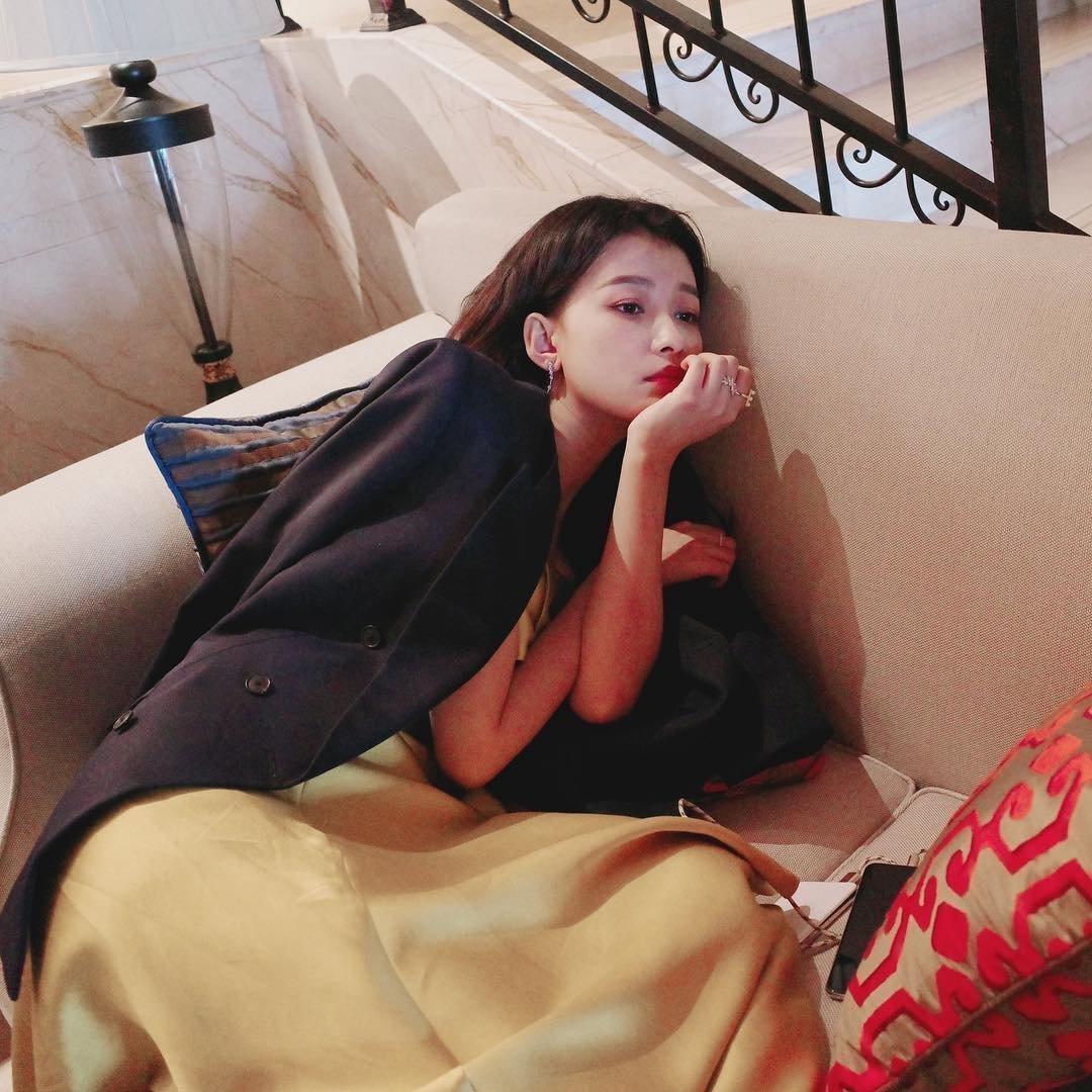 孙怡晒自拍似青春期彷徨少女,躺沙发装深沉辣妈范儿十足