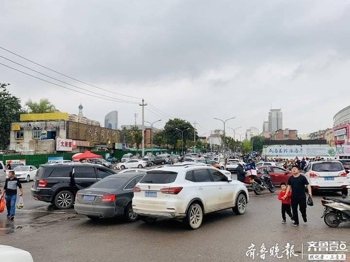 济南海鲜市场人挤人!早上八点已没车位,商贩下午三点半才吃午饭