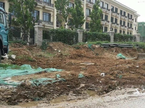 【啄木鸟在行动】长清区凤凰路一小区附近渣土裸漏