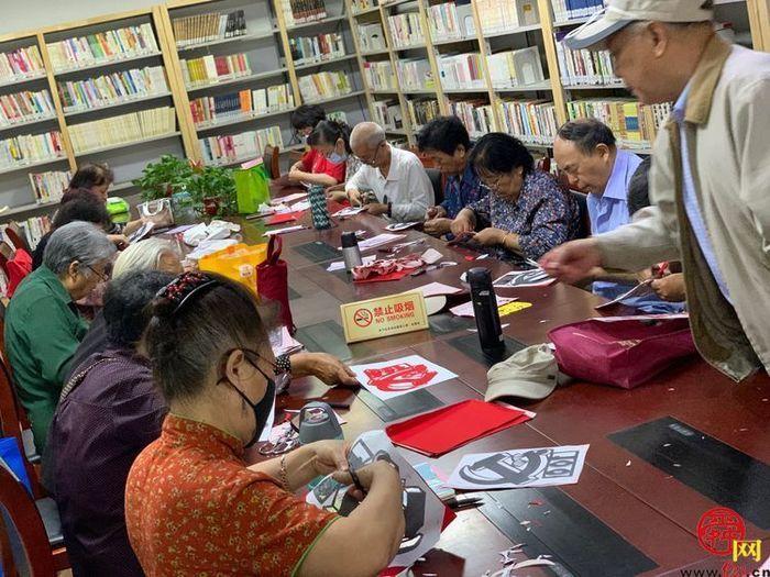 东关街道菜市新村社区:剪纸为媒 感受红色精神