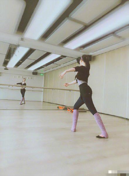 刘亦菲晒练习芭蕾舞照片 穿练功服身段优美