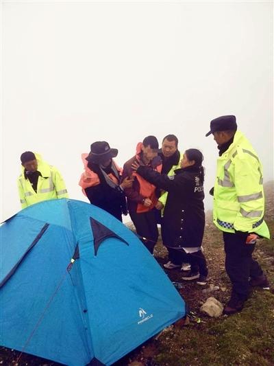 冒险登山!男子被困山顶4天 获救时已到生命极限