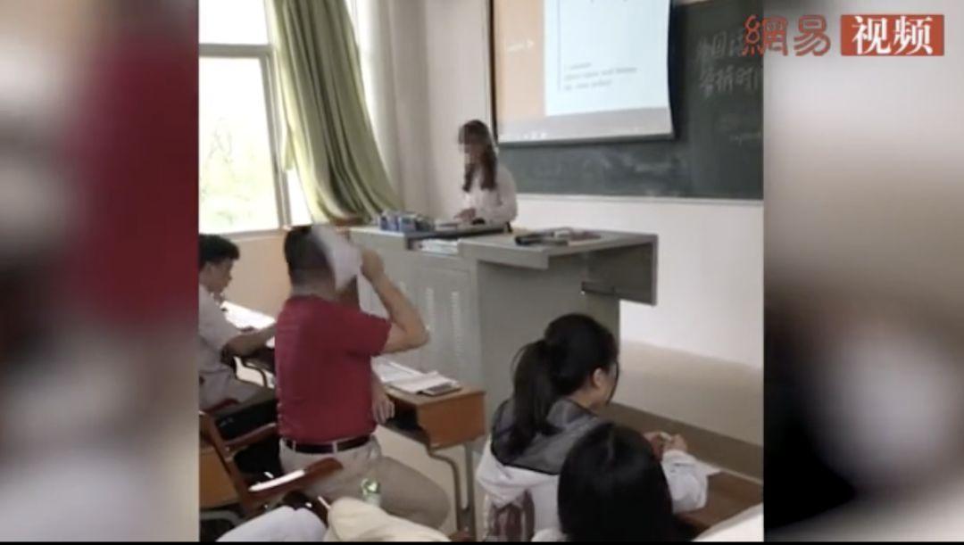 老师怒扔学生论文被约谈,网友却说:不怪他