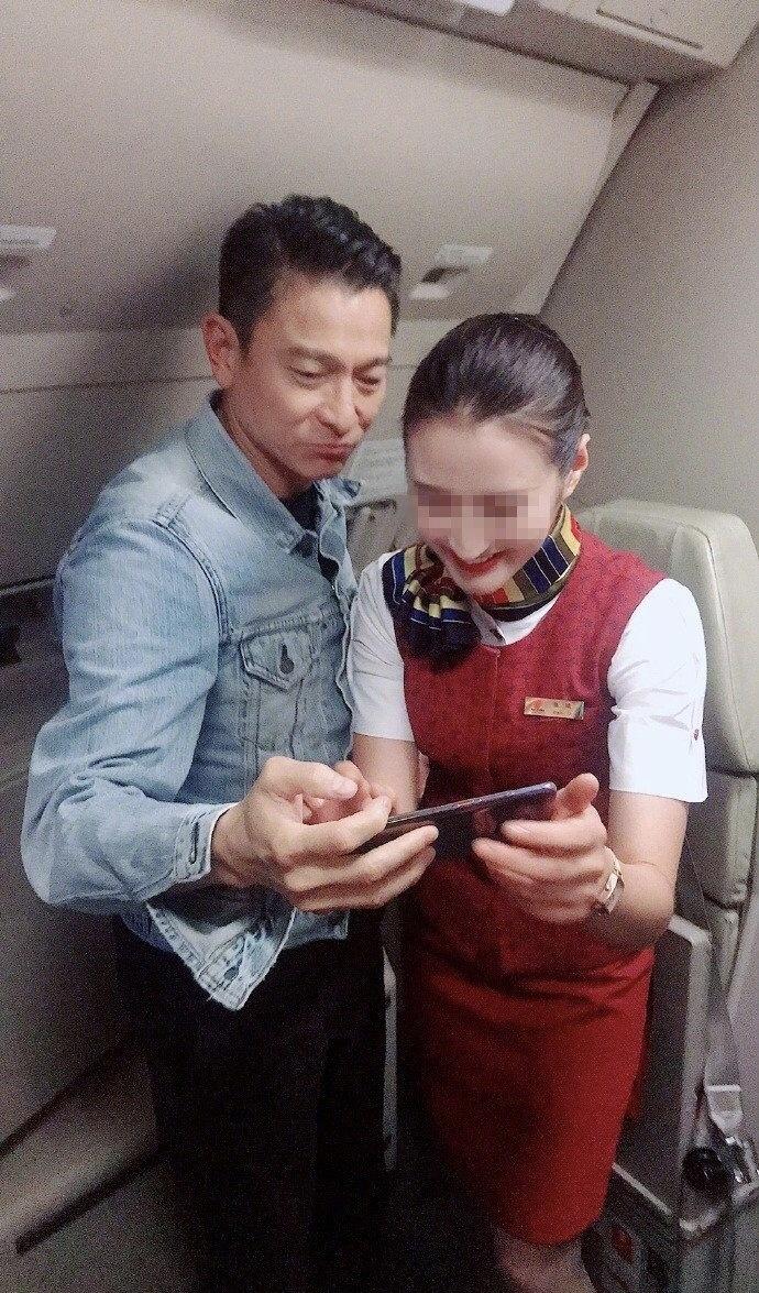刘德华搭飞机被空姐求合影,自拍后还亲自检查表情太可爱