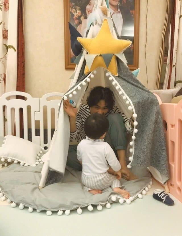 张歆艺分享家人近照,袁弘手指带伤陪儿子玩耍父爱满满