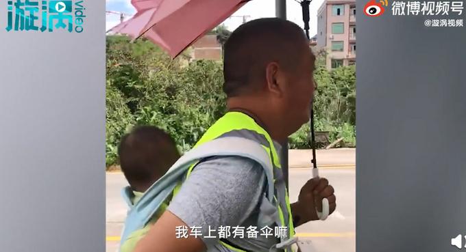 【最暖心教练】操碎了心!女子带娃学车,教练成临时保姆