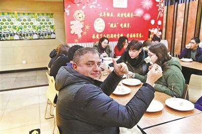百余外国游客红桥包饺子过大年:爱上浓浓的'年味儿'