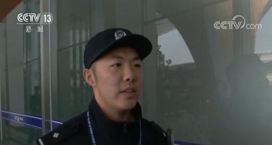 两名乘客飞机上吸食电子烟被拘