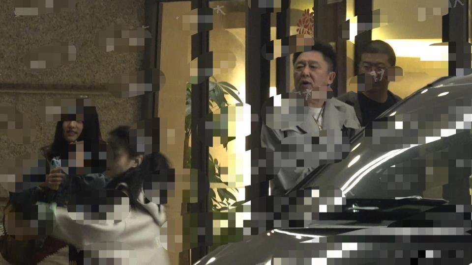 吴京深夜光顾按摩店,邂逅李亚鹏独自做养生,笑容满面心情大好!