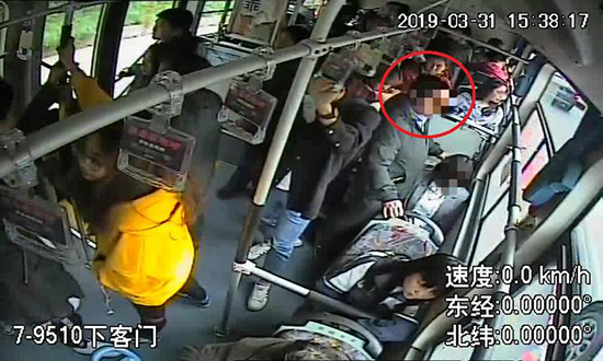 """公交车上遭遇""""咸猪手"""",杭州姑娘这一""""防狼""""举动大快人心"""