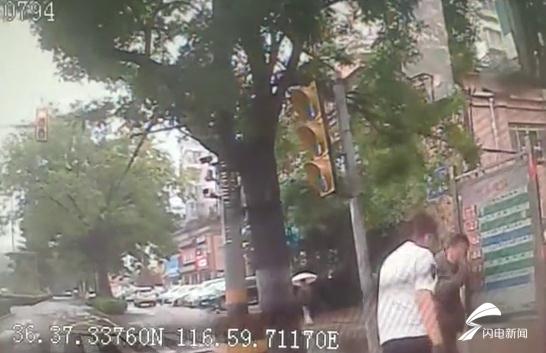 你伸手的样子真美!雨中行人摔倒 K93路公交司机下车扶起