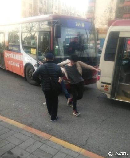 少年公交上指认小偷被拉下车遭狂殴 涉案4人获刑