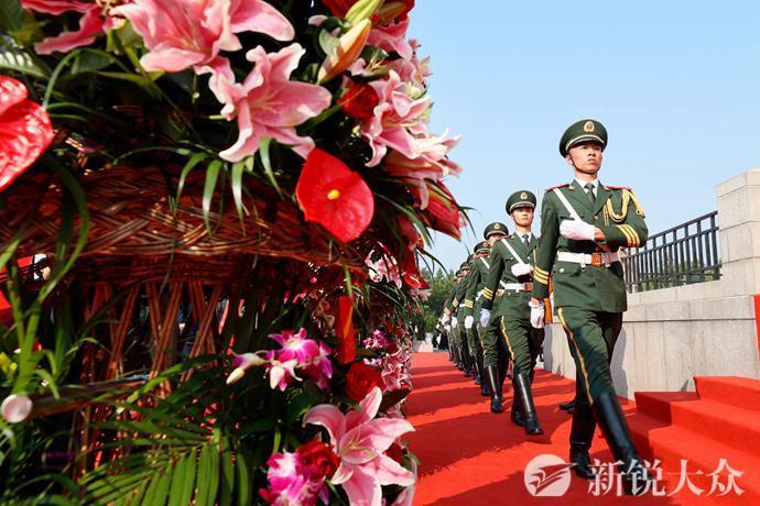 山东省 驻济部队暨济南市举行向人民英雄敬献花篮仪式