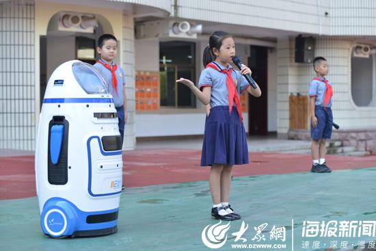 """智能刷脸、机器人、无人机...山东多地校园开学充满""""科技感"""""""
