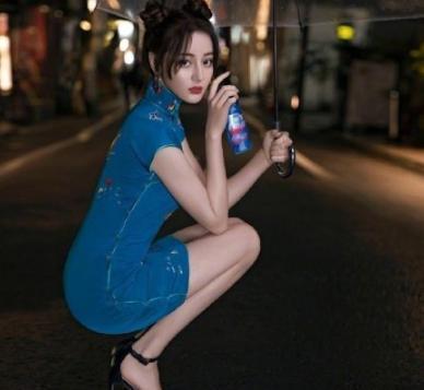 迪丽热巴蓝色旗袍太美了 好身材展露淋漓尽致 网友:仙女下凡!