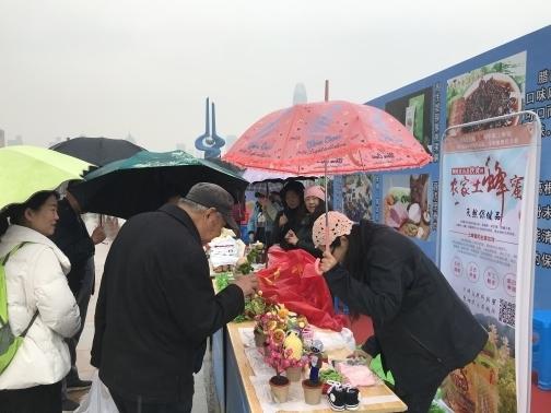 """风雨无阻 济南泉城广场""""情暖湘西""""2019湘西农特产品展销会喊你来逛展"""