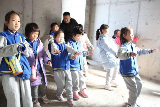 体验地震逃生   泉景中学小学部一年级学生走进科普馆学防震减灾本领