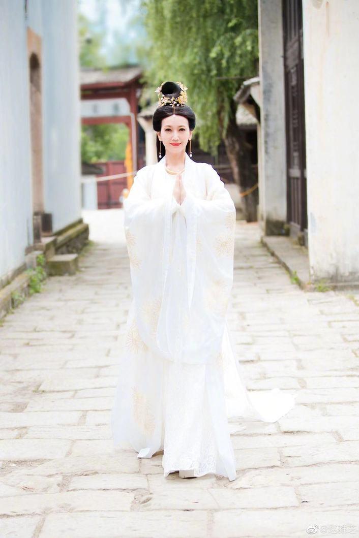 66岁赵雅芝重游雷峰塔回忆杀 身材仍曼妙似少女