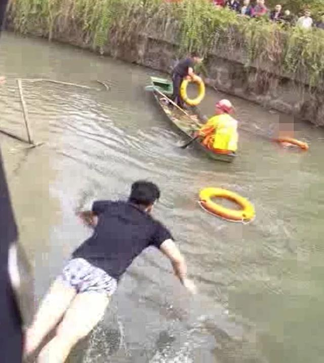 5秒视频看怒了!小伙救起落水女子,却被她一脚踹下了河