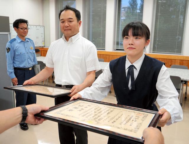 日本女高中生追击100米帮助抓偷包贼 警方赠送感谢状