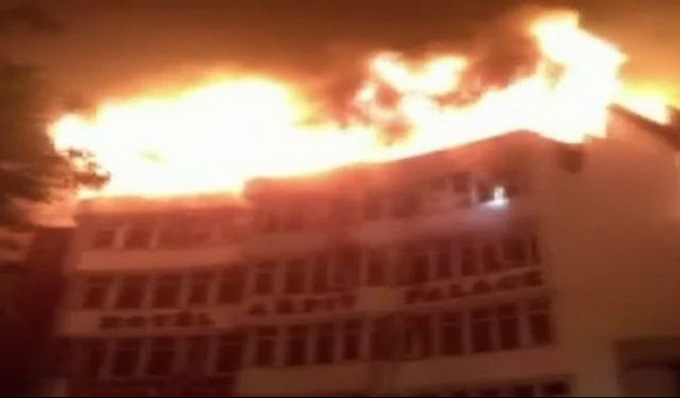 印度德里一酒店发生火灾: 已致9人死亡 其中包括1名儿童