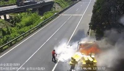 车辆突然着火,司机不但没停还加速狂奔……