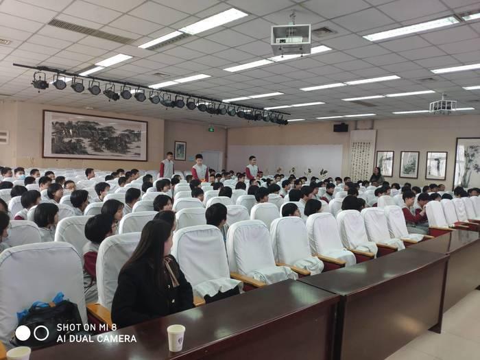 济南高新区海川中学旅游路校区开展初二年级青春期心理讲座