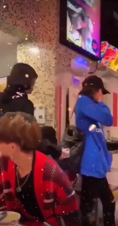 鹿晗关晓彤穿情侣装吃火锅,一前一后包裹严实低调现身