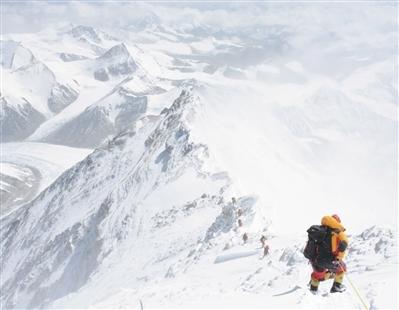 北大登山队12人同时登顶珠峰 准备3年为母校庆生