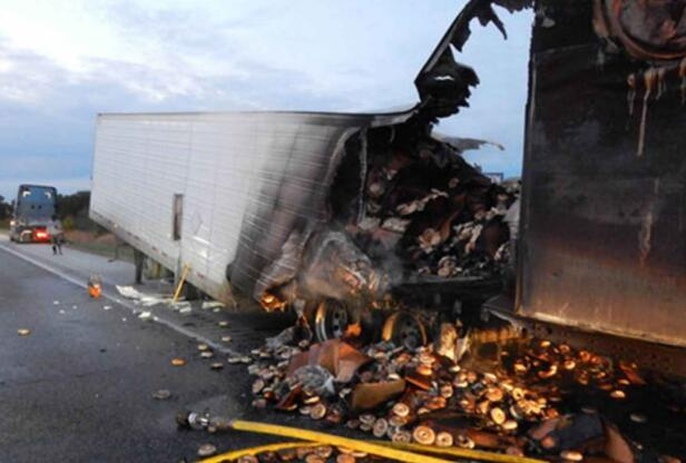 美国一卡车公路上突然起火 近17吨百吉饼烧焦报废