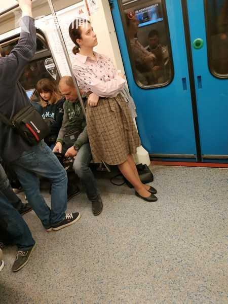 坐地铁命令男乘客让座遭拒 女子竟脱内裤爆粗口