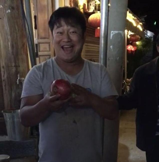 倪萍现身跟网红石榴哥买水果,女神讲价功力一流