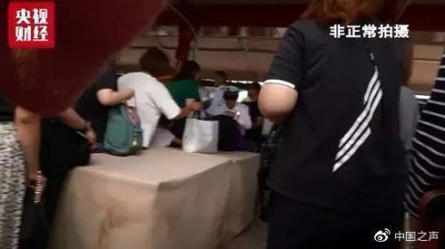 上海迪士尼回应周末仍有翻包安检:正处于过渡阶段