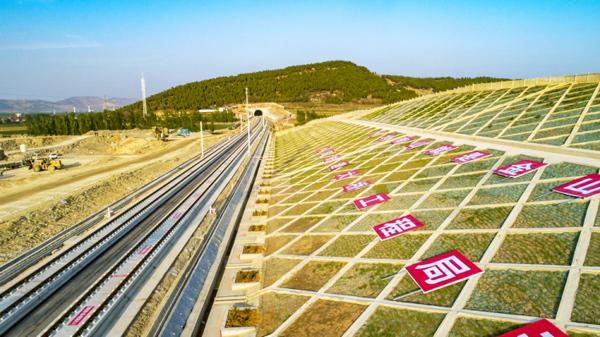 鲁南高铁日照至曲阜段正线455公里铺轨完成