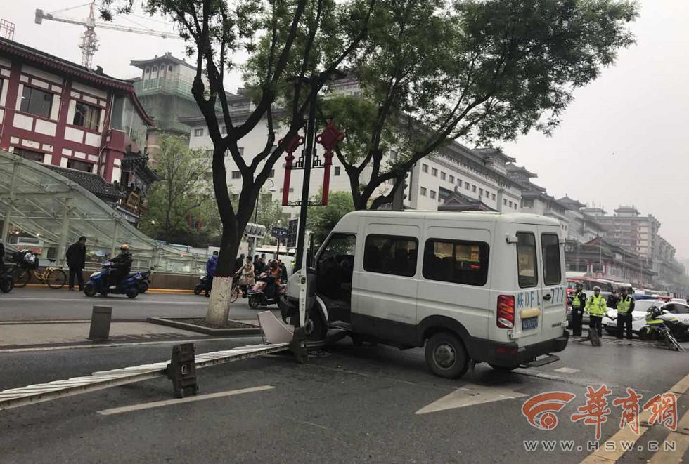 男子驾车西安钟楼附近疑遇盘查闯关疯狂逃窜 已被警察查获