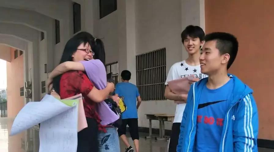 """大雪天带学生打雪仗、听学生聊早恋 山东这位""""最美教师""""被学生称为""""亲妈"""""""