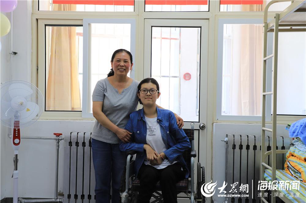 """带着妈妈上大学  青岛""""轮椅女孩""""今天到青岛大学报到"""