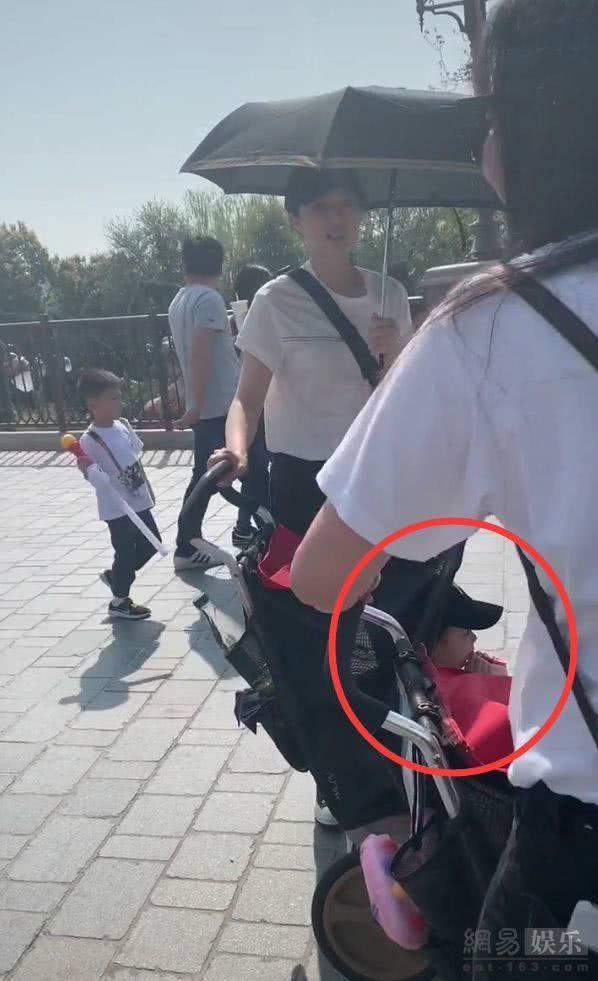 """网友偶遇董璇带女儿游迪士尼 大赞本人真的很好看"""""""