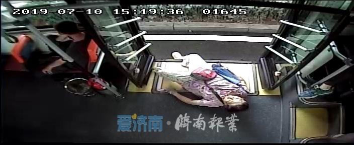 七旬老人突然晕倒,公交师傅伸援手