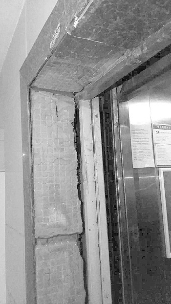 危险!济南龙腾国际花园小区电梯口瓷砖大面积脱落,险砸两岁娃