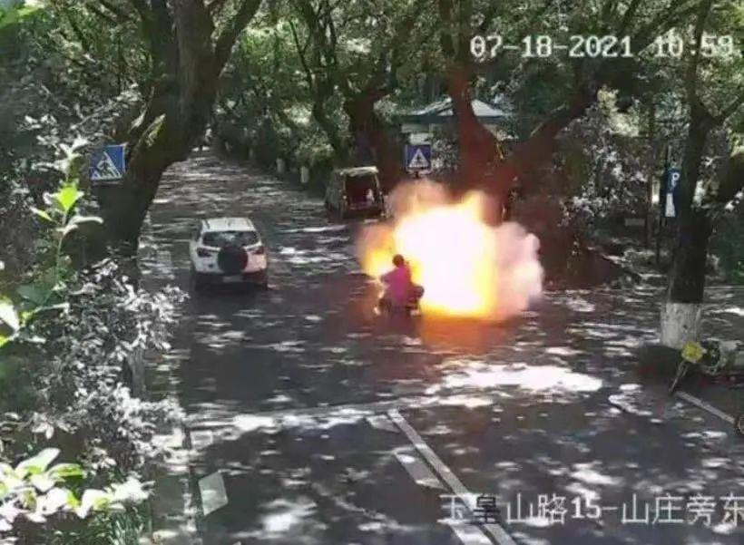 电瓶车行驶中爆燃 烧伤女孩病危,爆燃电动车什么品牌?