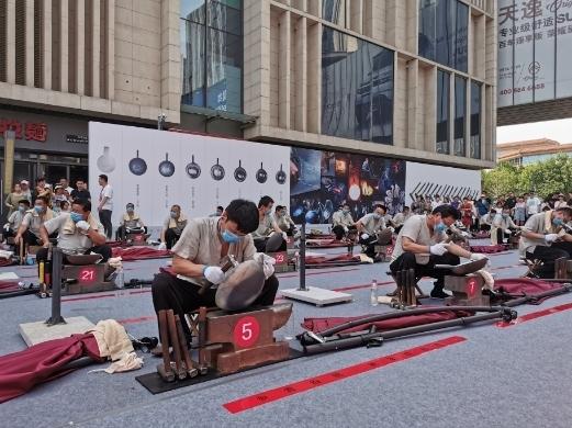 助力非遗传承 济南70位匠人现场展演章丘铁锅三万六千锤技艺